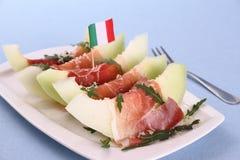 成熟瓜切片用火腿,巴马干酪,意大利旗子 免版税库存照片