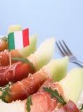 成熟瓜用火腿,与意大利旗子的巴马干酪 图库摄影