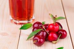 成熟甜樱桃和汁液的片段 免版税库存照片