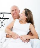 成熟男人和妇女在床上 库存图片