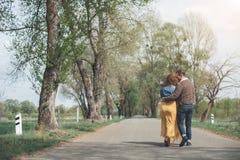 成熟男人和妇女有浪漫日期在公园 免版税库存照片
