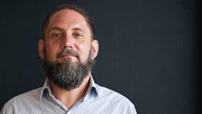 成熟白种人人特写有胡子的反对黑背景 免版税图库摄影