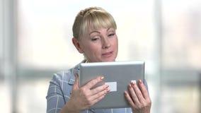 成熟白种人妇女谈话通过互联网 股票录像