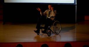 成熟白种人残疾商人讲话在企业研讨会在观众席4k 影视素材