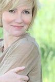 成熟白肤金发的夫人 免版税库存图片
