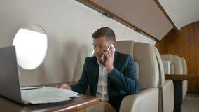 成熟的商业人谈话由手机伙伴连接航空器喷气机旅行 影视素材