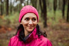 成熟的妇女在森林里 免版税库存图片