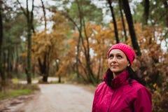 成熟的妇女在森林里 免版税库存照片