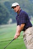 成熟的高尔夫球运动员 库存照片