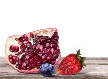 成熟石榴, blueberrie,在桌上的草莓 库存图片