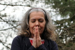 成熟祈祷的妇女 库存图片