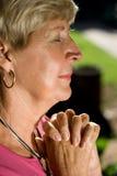 成熟祈祷的妇女 免版税库存照片