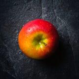 成熟秋天苹果红色和黄色在从板岩的黑石背景 收获 维生素有益于健康 库存图片