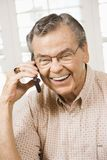 成熟移动电话的人 免版税图库摄影