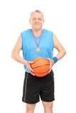 成熟篮球教练摆在 免版税库存照片
