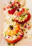 成熟红色烘烤了与美味玉米装填的蕃茄 库存照片