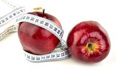 成熟红色苹果和卷尺 库存照片