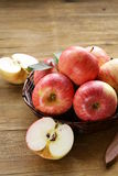 成熟红色苹果秋天收获 库存图片