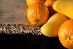 成熟芒果和新鲜的桔子是健康未加工的veg的伟大的果子 免版税库存图片