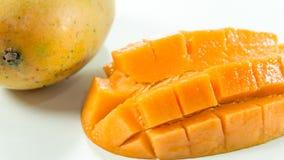 成熟芒果在吃的白色背景/切片芒果中 图库摄影