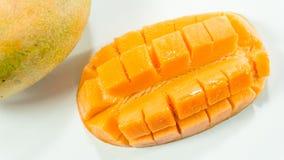 成熟芒果在白色背景中/切可口芒果吃 库存图片