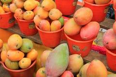 成熟芒果待售在墨西哥农夫市场上 免版税库存照片