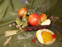 成熟苹果用蜂蜜 库存照片