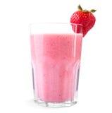 从成熟草莓和新鲜的牛奶的新鲜的圆滑的人用在一块玻璃的上面的一个莓果,在白色背景 库存图片