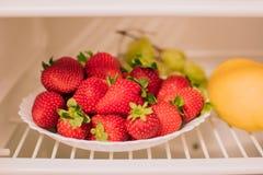 成熟草莓板材  免版税库存图片