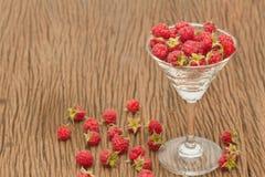 成熟莓用在玻璃的薄菏 图库摄影