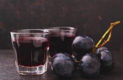 成熟葡萄、红葡萄酒和玻璃 库存图片
