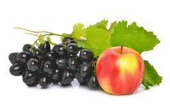 成熟葡萄和一个红色苹果 免版税库存照片