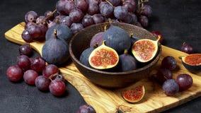 成熟葡萄和无花果在黑暗的具体背景 影视素材