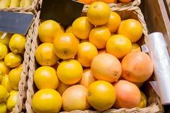 成熟葡萄柚在食物市场上 库存照片