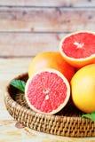 成熟葡萄柚部分在桌上 图库摄影