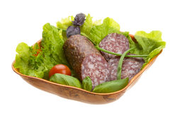 成熟蒜味咸腊肠用沙拉,蓬蒿,葱 图库摄影