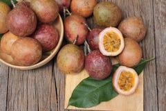 成熟西番莲果是可口的在木背景 图库摄影