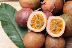 成熟西番莲果是可口的在木背景 免版税库存图片