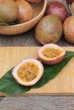 成熟西番莲果是可口的在木背景 库存图片