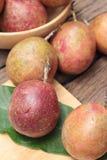 成熟西番莲果是可口的在木背景 库存照片