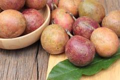 成熟西番莲果是可口的在木背景 免版税库存照片