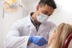 成熟诊所的妇女参观的牙医 库存图片