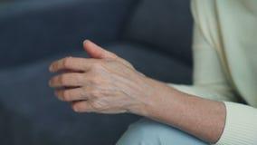成熟谈论在疗法的妇女移动的手特写镜头问题 股票录像