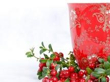 成熟越橘和红色杯子有装饰品的 免版税库存照片