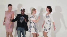 成熟逗人喜爱的女性舞蹈团和吸引人黑男性在演播室 股票录像