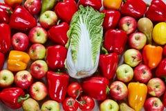 成熟鲜美菜和果子谎言在帆布 库存照片