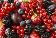 成熟黑莓、黑莓、草莓、红浆果、桃子和李子 混合莓果和果子 顶视图 背景berri 库存图片