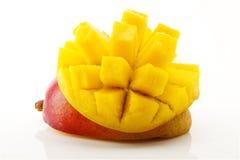 成熟,水多和开胃芒果和它的零件特写镜头 免版税库存照片