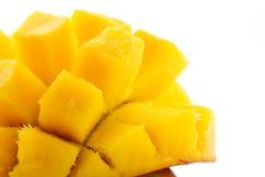成熟,水多和开胃芒果和它的零件特写镜头 免版税图库摄影