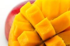 成熟,水多和开胃芒果和它的零件特写镜头 库存照片